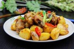 土豆焖鸡,是一道百吃不厌的家常菜