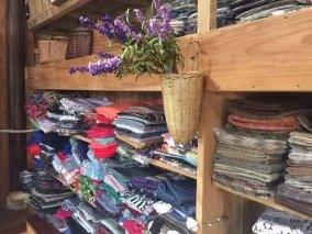 她隐居在竹林小屋中,用碎布作画和包包
