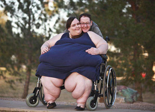 <b>世界上最胖的人 相当一头成年大象的重量(1450斤)</b>