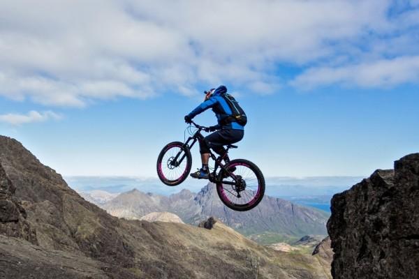 英国极限攀爬自行车运动超高难度视频《The Ridge》