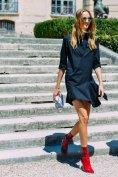红色靴子,如同一团热情的火,点燃激情与时尚的美好